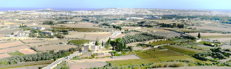 Vue panoramique des champs environnants de la ville de Mdina photos libres de droits