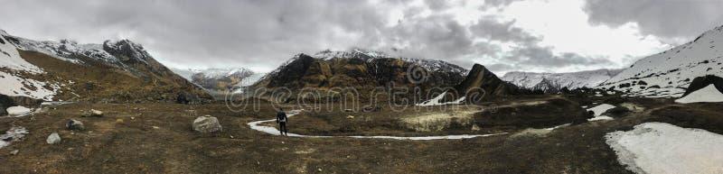 Vue panoramique des montagnes de chaîne d'Annapurna dans une journée de printemps nuageuse images stock