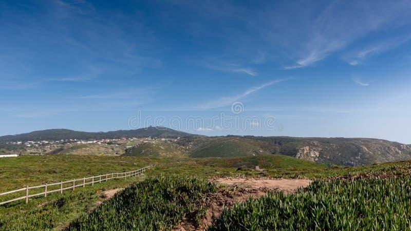 Vue panoramique des montagnes, du pré, de l'herbe, du ciel bleu et des nuages un jour ensoleillé, Portugal photographie stock