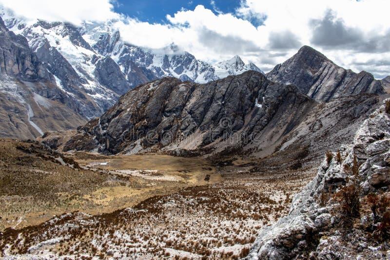Vue panoramique des montagnes en Cordillère Huayhuash, montagnes des Andes, Pérou photo stock