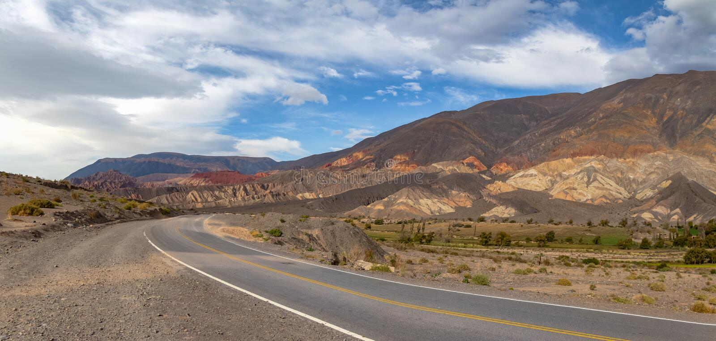 Vue panoramique des montagnes et du chemin de fer de Toro de del de Quebrada dans le del du nord Toro, Salta, Argentine de Salta  photographie stock