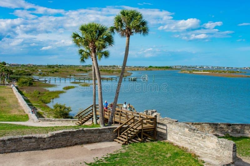 Vue panoramique des palmiers et de la baie de Matanzas du fort de Castillo De San Marcos dans la côte historique 1 de la Floride photographie stock libre de droits