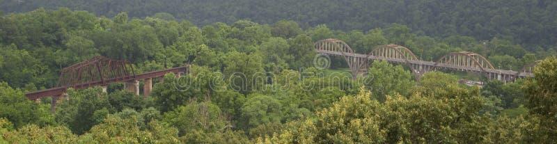 Vue panoramique des ponts en acier et en bois en passage supérieur image libre de droits