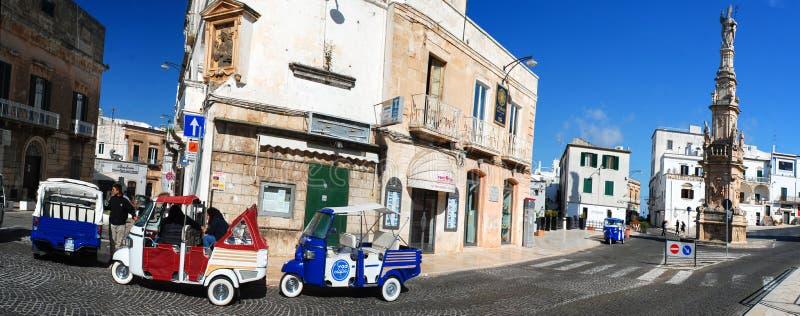 Vue panoramique des scooters par la statue du saint Oronzo, Ostuni, Pouilles, Italie, citta Bianca de La images libres de droits