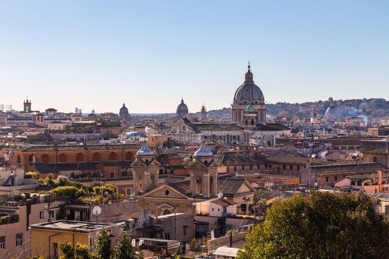 Vue panoramique des tailles avec le dôme et les dessus de toit de la ville éternelle à Rome, Italie photographie stock libre de droits