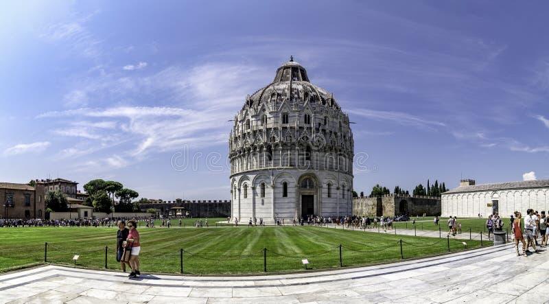 Vue panoramique du baptistère de la cathédrale de Pise, dans le dei Miracoli de Piazza image libre de droits