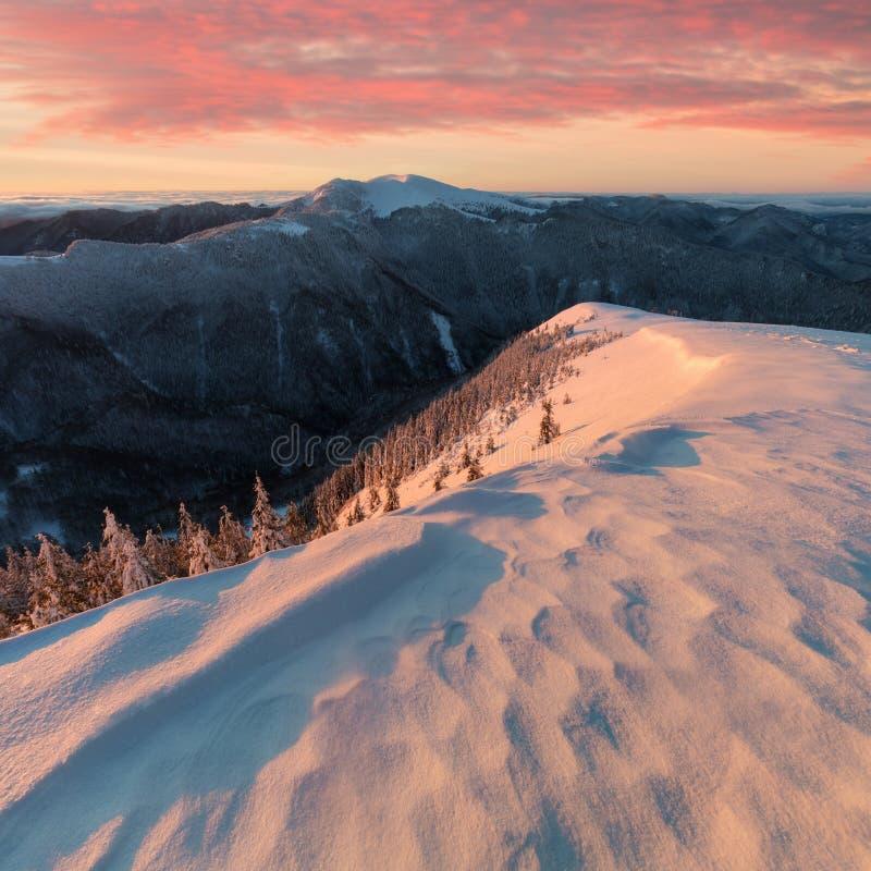 Vue panoramique du beau paysage de montagne du pays des merveilles d'hiver dans la lumi?re de soir?e au coucher du soleil Montagn images libres de droits