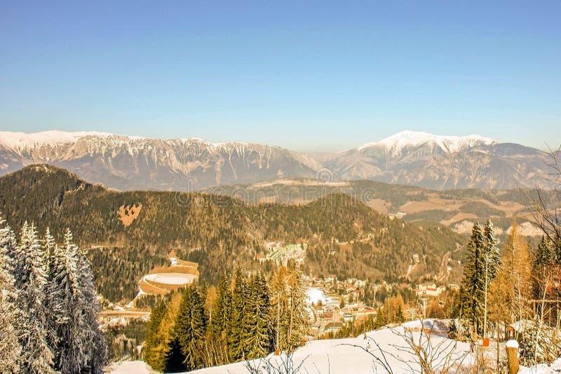 Vue panoramique du beau paysage de montagne du pays des merveilles d'hiver dans les Alpes autrichiens Station de sports d'hiver d images stock