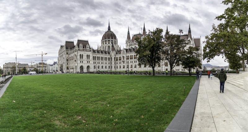 Vue panoramique du côté du Parlement de Budapest avec l'herbe dans le premier plan, Hongrie images stock