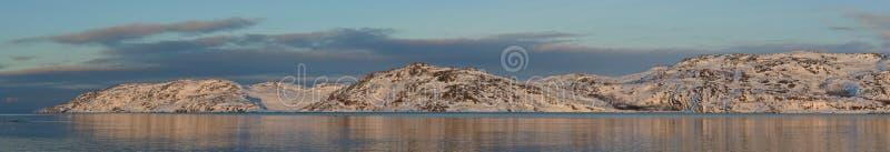 Vue panoramique du coucher du soleil de littoral de mer de Barents au printemps photographie stock libre de droits