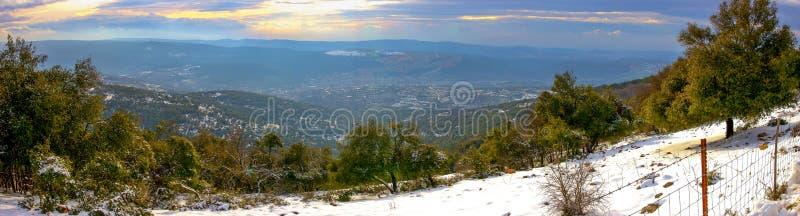 Vue panoramique du coucher du soleil de la montagne couverte de neige d'Adir près du règlement de Matat en Israël photographie stock