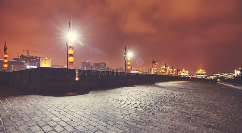 Vue panoramique du mur illuminé de Xian la nuit, Chine photos stock