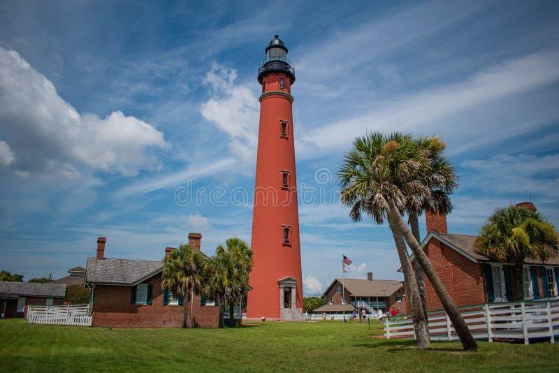 Vue panoramique du phare et des palmiers historiques 5 image libre de droits