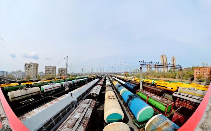Vue panoramique du pont aux trains de fret à la station photo libre de droits
