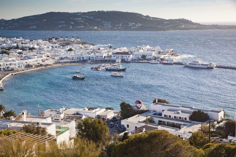 vue panoramique du port de ville de Mykonos avec les moulins à vent célèbres des collines ci-dessus un jour ensoleillé d'été, Myk photo stock