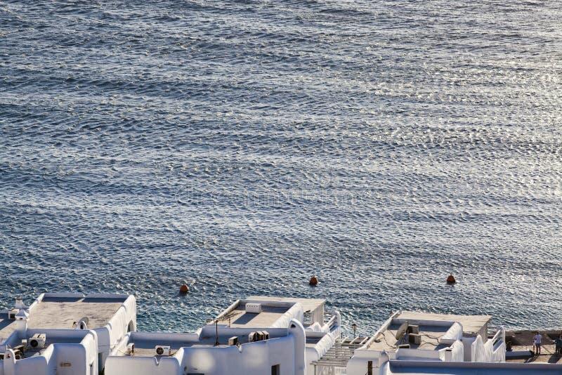 vue panoramique du port de ville de Mykonos avec les moulins à vent célèbres des collines ci-dessus un jour ensoleillé d'été, Myk photographie stock