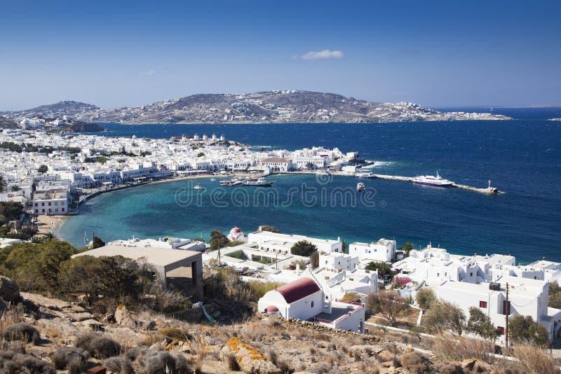 vue panoramique du port de ville de Mykonos avec les moulins à vent célèbres des collines ci-dessus un jour ensoleillé d'été, Myk photos libres de droits