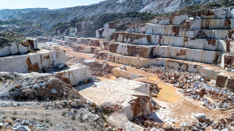 Vue panoramique du puits de marbre de carri?re compl?tement des roches et des blocs en ?le de Marmara, Turquie photographie stock libre de droits
