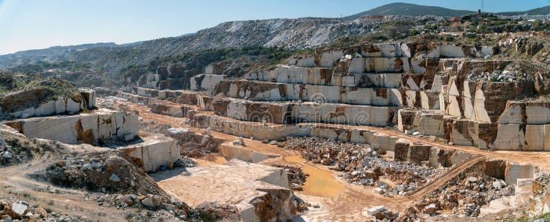 Vue panoramique du puits de marbre de carri?re compl?tement des roches et des blocs en ?le de Marmara, Turquie images stock
