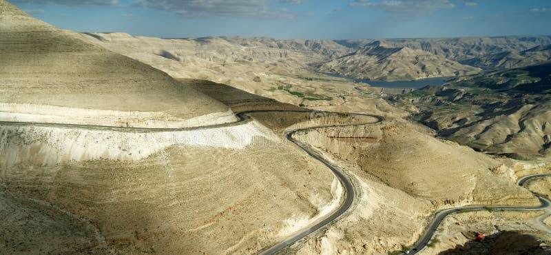 Vue panoramique du Roi Highway montant la route au nord du réservoir de Wadi Mujib en Jordanie photographie stock libre de droits