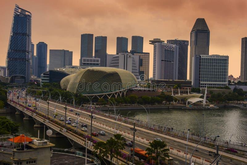 Vue panoramique du théâtre et du pont d'esplanade au bord de mer de Marina Bay entourés par les hôtels de luxe et le symbole mode image libre de droits
