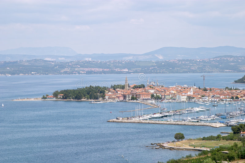 Vue panoramique du village et du port de touristes de Portoroz, Slovénie photos libres de droits