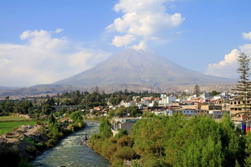 Vue panoramique du volcan Misti et de la rivière Chili depuis le centre de la vieille ville d'Arequipa, Arequipa, Pérou photos libres de droits