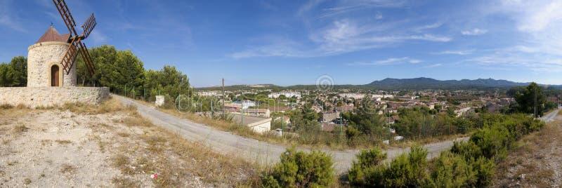 Vue panoramique et moulin à vent dans Gardanne photo stock