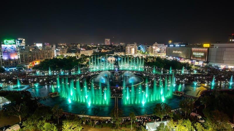 Vue 2018 panoramique fontaine carrée centrale d'Unirii de ville de Bucarest de nouvelle et horizon de ville de nuit photos libres de droits