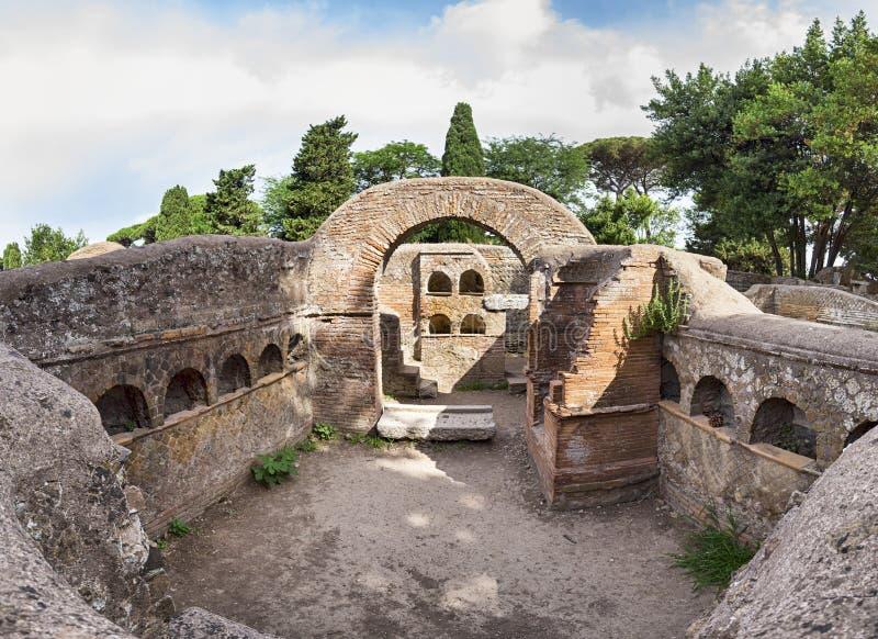 Vue panoramique immersive géante de tombes romaines antiques avec l'architecture typique de columbarium située dans l'archéologiq photo stock