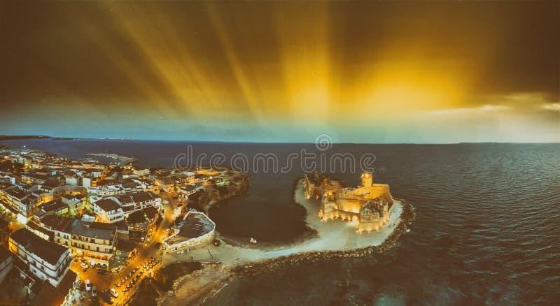 Vue panoramique la nuit de Le Castella d'hélicoptère, Calabre image stock