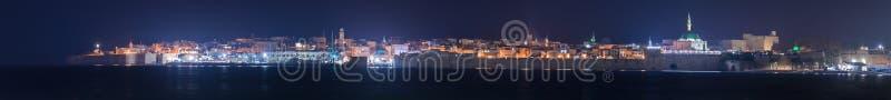 Vue panoramique la nuit de la mer Méditerranée aux lanternes lumineuses de la forteresse, du port et de la vieille ville de l'acr images stock