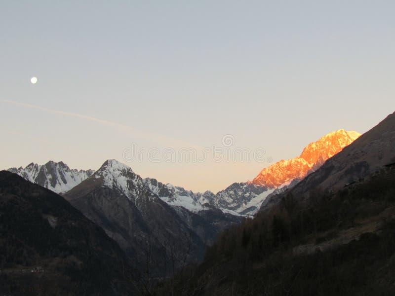 Vue panoramique Mont Blanc de lever de soleil d'hiver de neige d'Alpes photographie stock