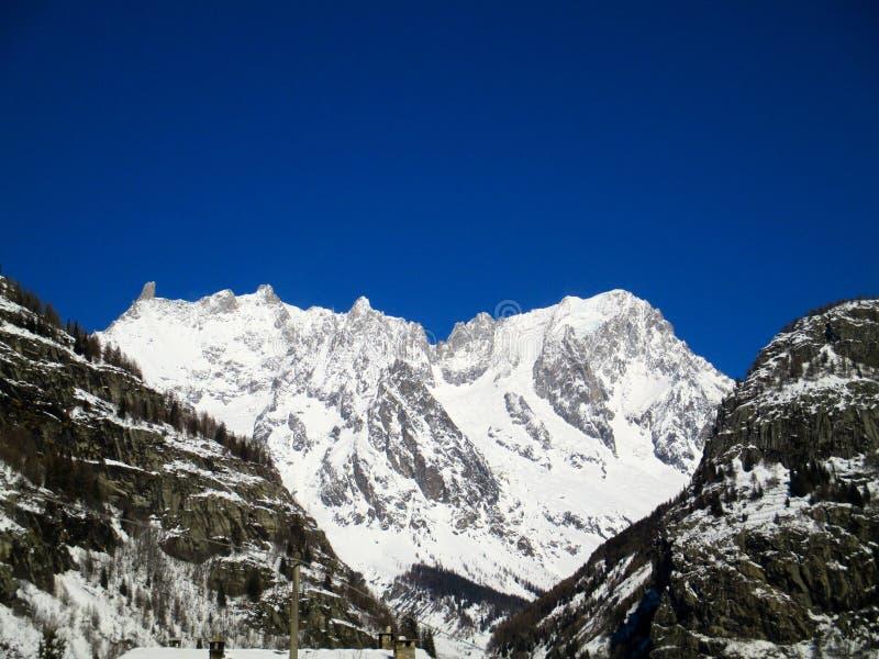 Vue panoramique Mont Blanc de lever de soleil d'hiver de neige d'Alpes image stock