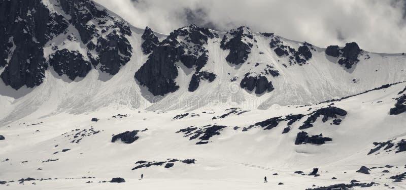 Vue panoramique noire et blanche sur des montagnes avec la corniche de neige et la tra?n?e d'avalanche photo libre de droits