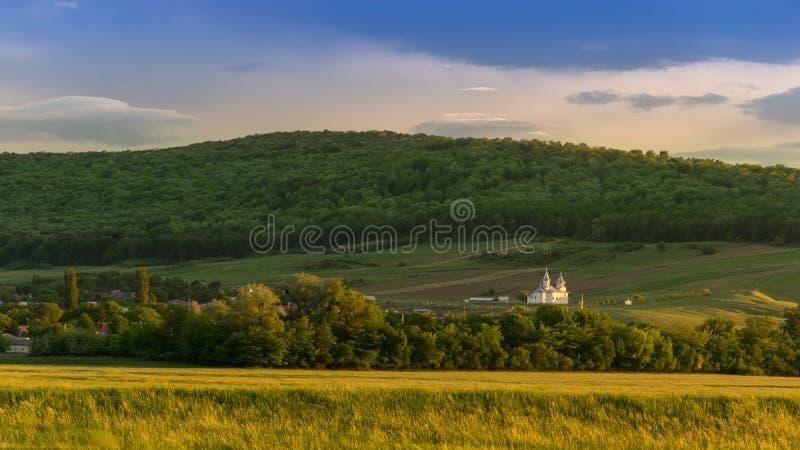 Vue panoramique scénique d'une vallée de montagne de photos au printemps à photos libres de droits