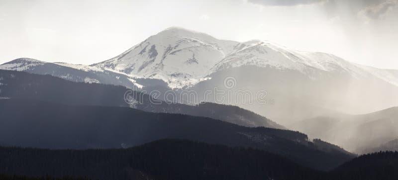 Vue panoramique stupéfiante de moun carpathien brumeux magnifique photographie stock libre de droits