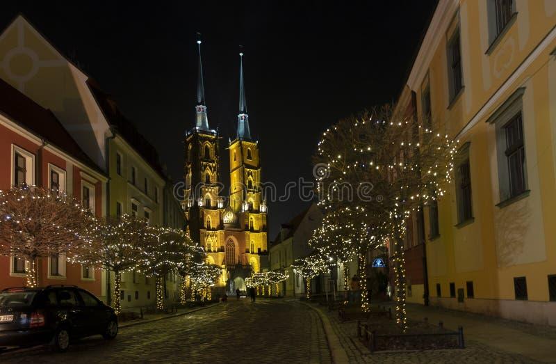 Vue panoramique stupéfiante de nuit sur la belle cathédrale lumineuse de St John le secteur de Baptist Ostrow Tumski wroclaw image stock