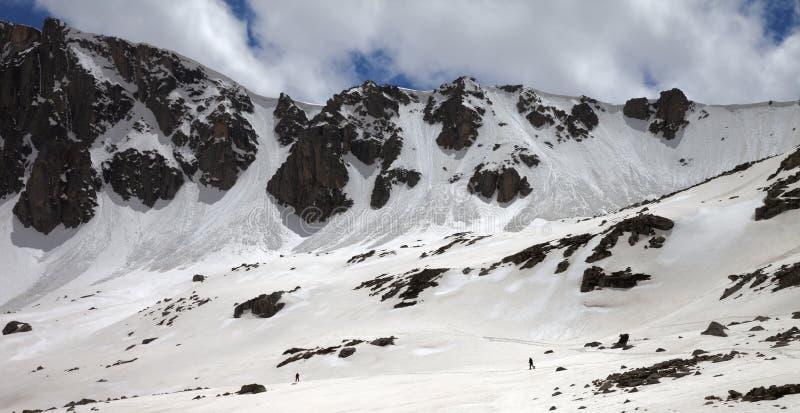 Vue panoramique sur des montagnes avec la corniche de neige et la traînée d'avalanche images stock