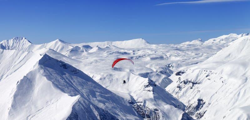 Vue panoramique sur l'équitation de vitesse en hautes montagnes photos stock