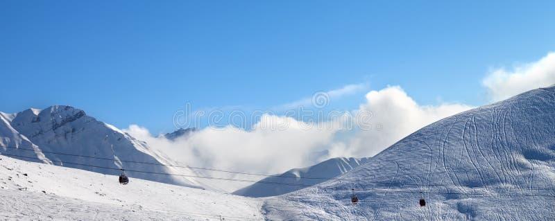 Vue panoramique sur l'ascenseur de gondole et la pente hors-piste de ski photo libre de droits