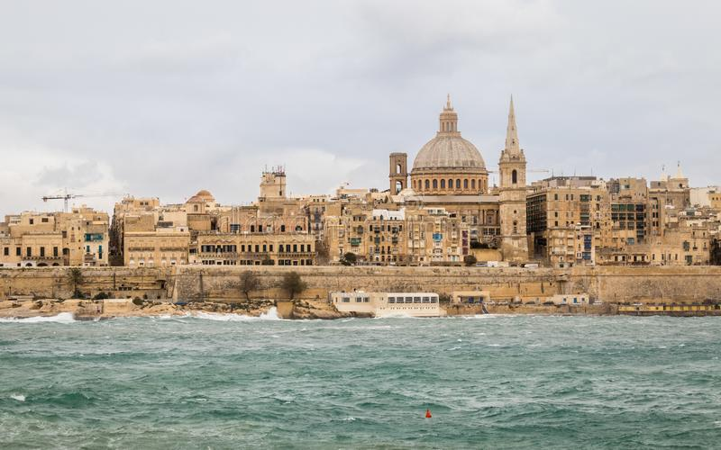 Vue panoramique sur l'horizon de La Valette historique pendant un jour orageux photographie stock libre de droits