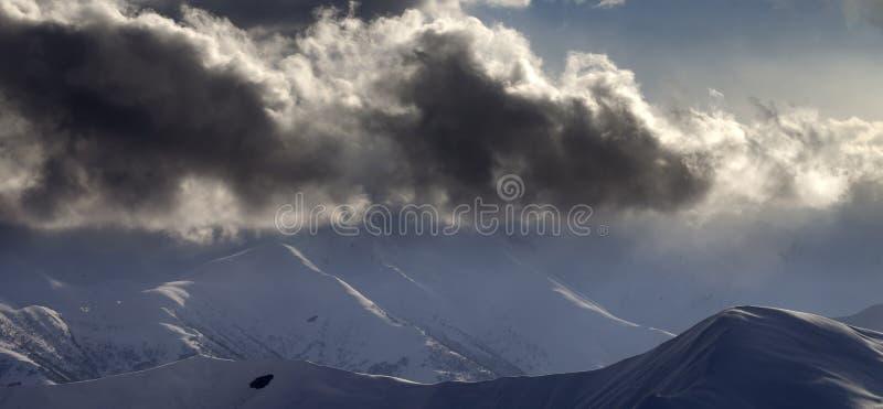 Vue panoramique sur la montagne égalisante neigeuse images stock