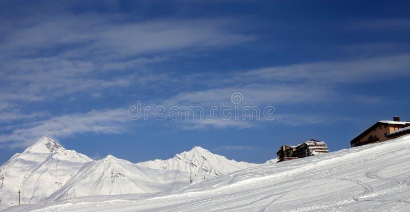 Vue panoramique sur la pente et les hôtels de ski en montagnes d'hiver image libre de droits