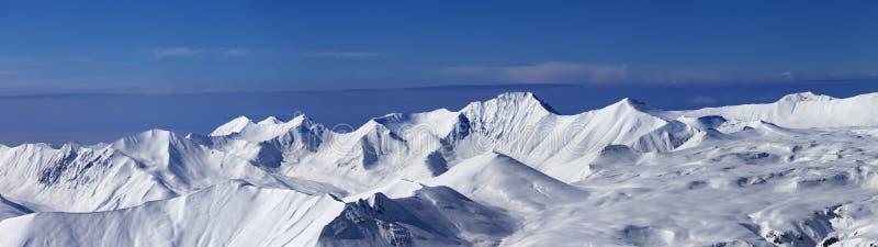 Vue panoramique sur la pente hors-piste et plateau neigeux au beau jour photographie stock