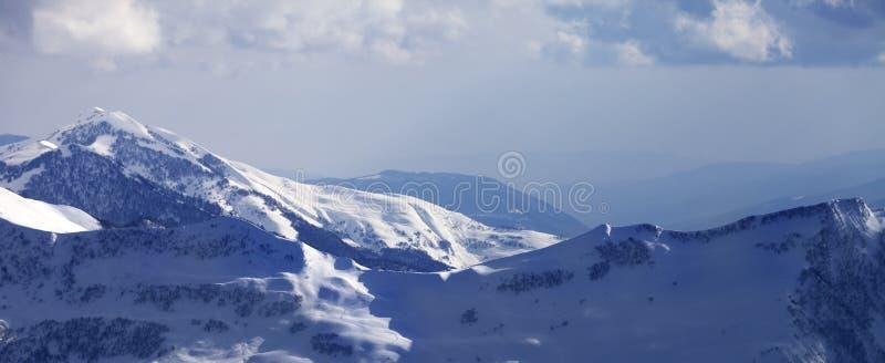 Vue panoramique sur la pente hors-piste neigeuse à la soirée d'hiver image libre de droits