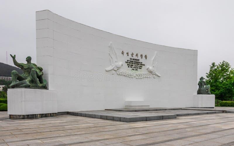 Vue panoramique sur la plaque centrale de paix à l'intérieur des Nations Unies UNO Memorial Cemetery de la Guerre de Corée à Séou photos libres de droits