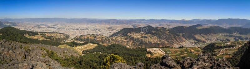 Vue panoramique sur la ville de Quetzaltenango et la montagne autour de la La Muela, Quetzaltenango, Altiplano, Guatemala photo stock