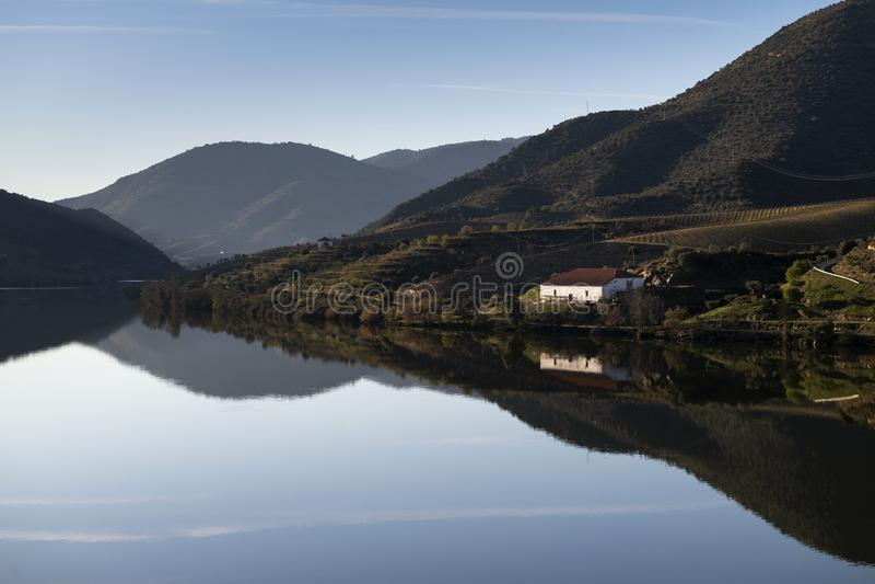 Vue panoramique sur le fleuve Douro avec des vignobles en terrasse près du village de Foz Coa, au Portugal photographie stock
