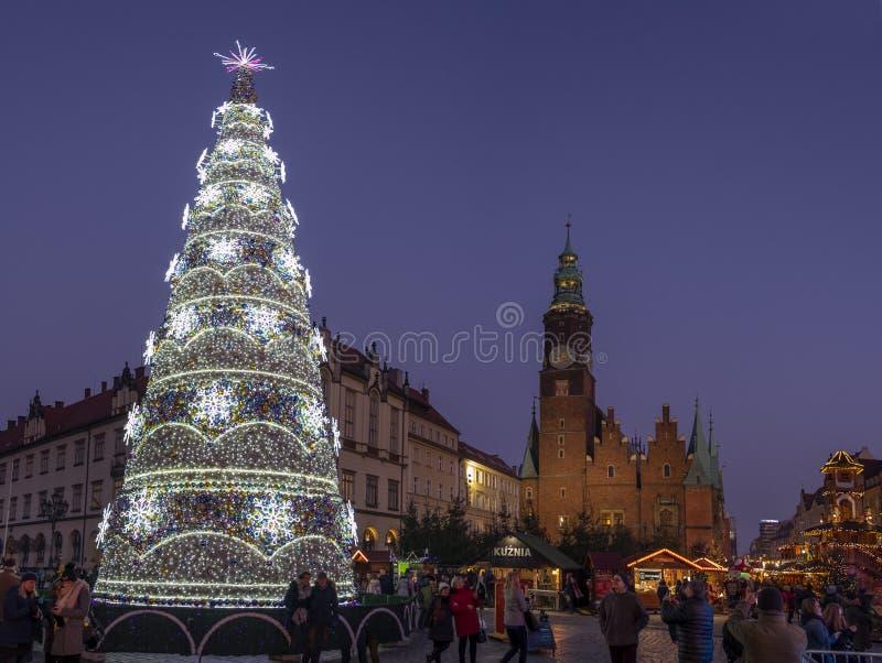 Vue panoramique sur le grand bel arbre de Noël lumineux au centre de la ville de Wroclaw photographie stock